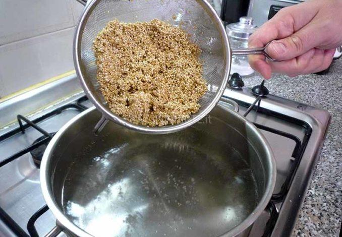 Versare la quinoa in pentola