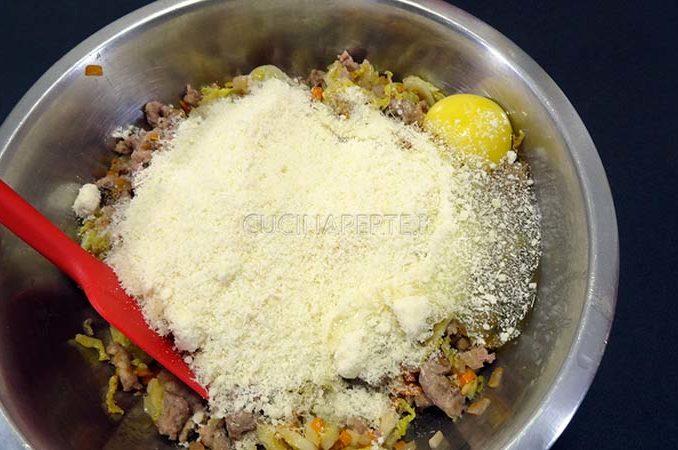 Mescolare ingredienti con formaggio