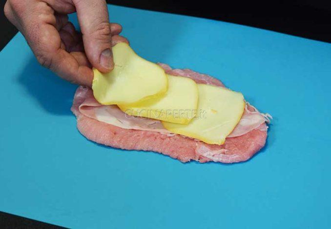 Prosciutto e formaggio sopra la carne