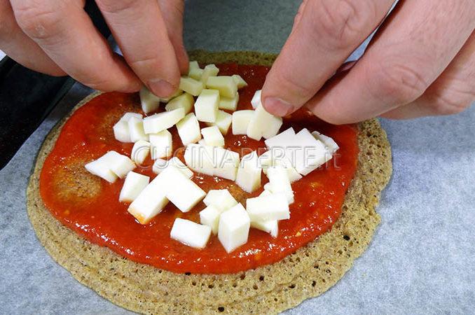 Condire con pomodoro e mozzarella