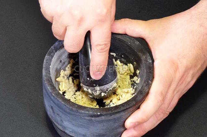 Miscelare pinoli e l'aglio