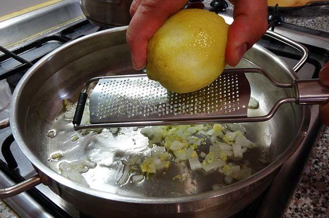 Grattuggiare zest di limone