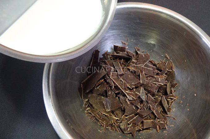 Versare la panna sul cioccolato