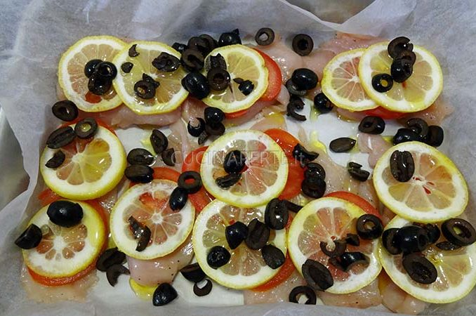Pollo con pomodoro, limone e olive in teglia