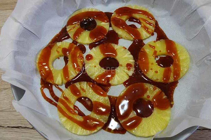 Versare il caramello sulle fette di ananas