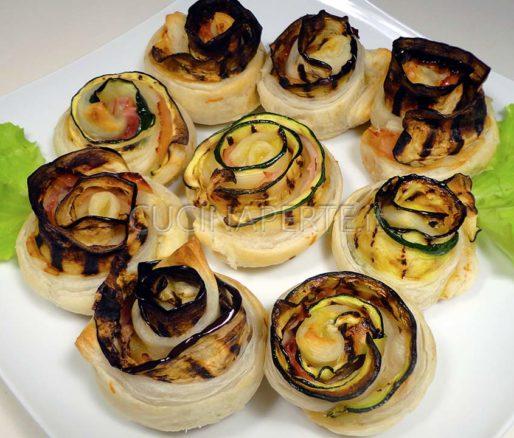 Rose di pasta sfoglia e verdure grigliate