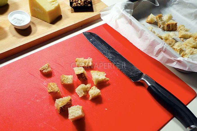 Tagliare il pane a cubetti