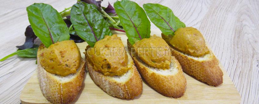 Crostini avocado e pomodori secchi