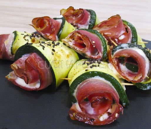 Involtini zucchine stracchino e speck
