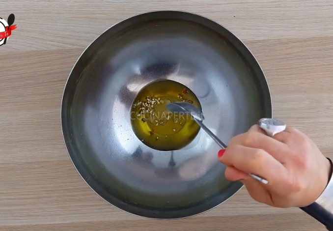Condimento aglio olio e peperoncino